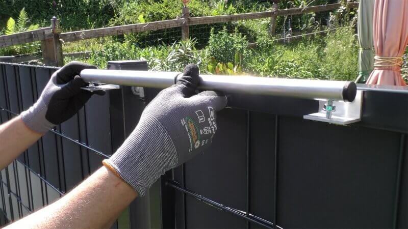 Montagebeispiel Variante 1 - Pfostenmontage bei mittig angeschweißten Torbändern